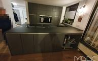 Küche in Schwarz mit Calce Nero Laminam Arbeitsplatten