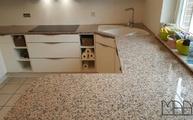 Große Küche mit einer Rosa Porrino M Arbeitsplatte