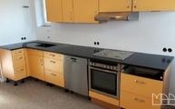 Gelbe Küche mit schwarzer Silestone Arbeitsplatte