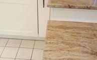 Küche im Landhausstil mit Astoria Fantasy Granit Arbeitsplatten